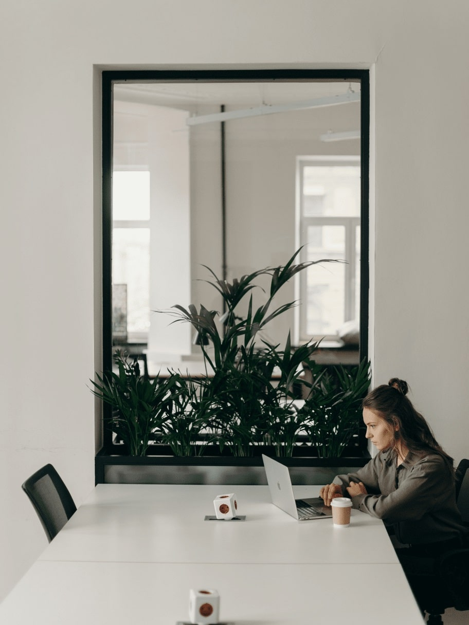 img-office-meeting-table-min